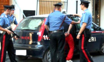 Minaccia gli anziani in piazza con un coltello: arrestato spacciatore