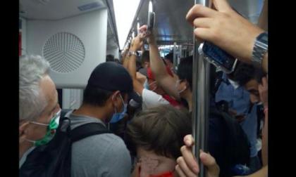 Metro affollata anche alla vigilia di Ferragosto, altro che distanziamento.