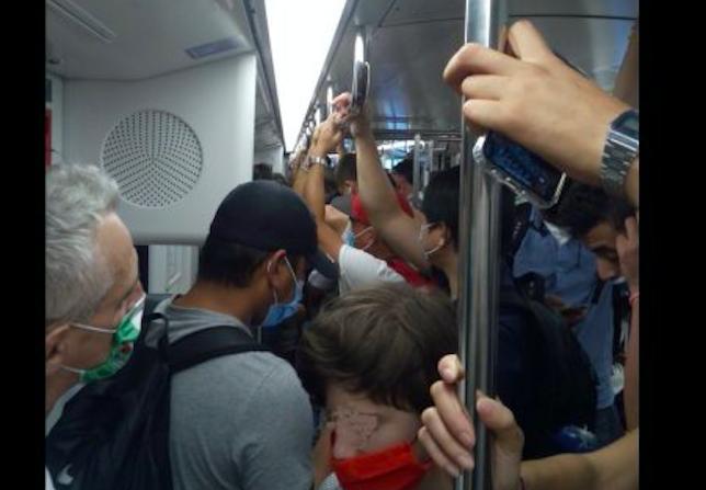 metro affollata