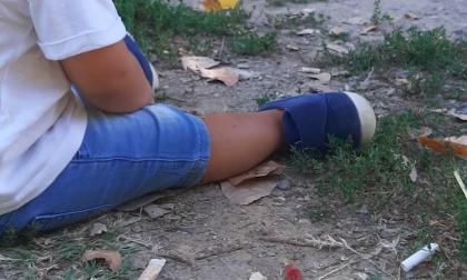Parco Spina Azzurra, tappeto di mozziconi vicino ai giochi dei bambini