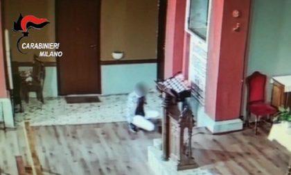 Danneggia la porta della sagrestia e ruba le offerte in chiesa: il video del furto