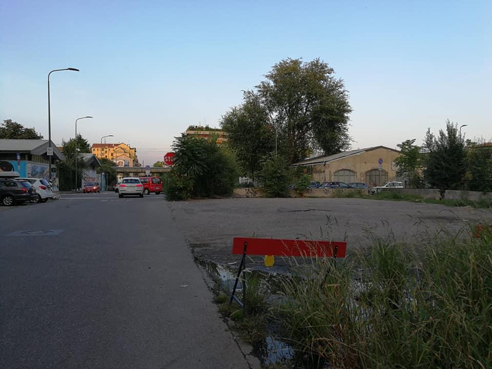 Occupazioni in via Bussola: la polizia locale allontana le auto e sanziona i guidatori.