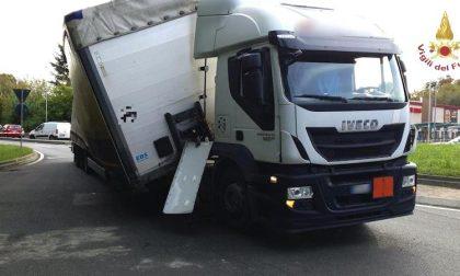Camion carico di sostanze tossiche si inclina nella rotonda: attimi di paura a Rozzano