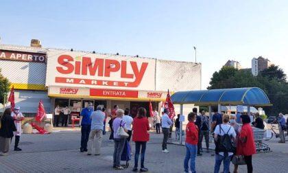 Chiusura supermercato Simply, in corso la manifestazione di protesta e lo sciopero