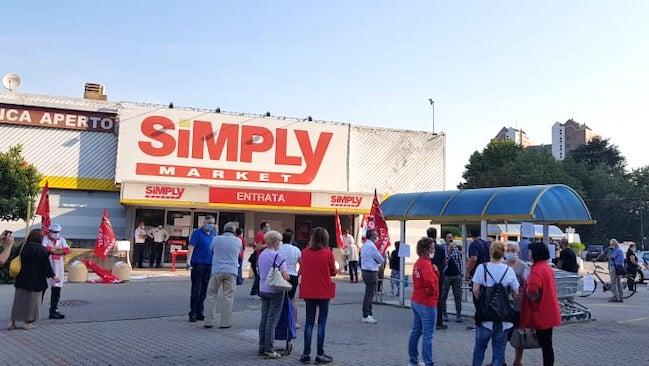 Chiusura supermercato Simply manifestazione
