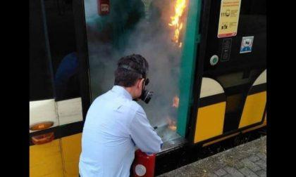 Vandali danno fuoco al gel igienizzante sul tram: incendio spento dal macchinista