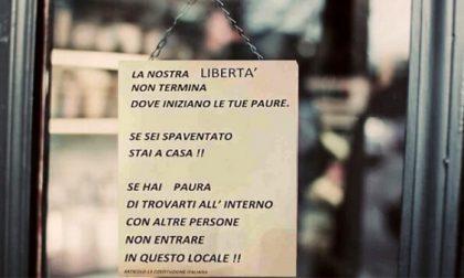"""""""Se hai paura, non entrare"""", Bar del Milanese appende cartello contro i """"covidioti"""""""