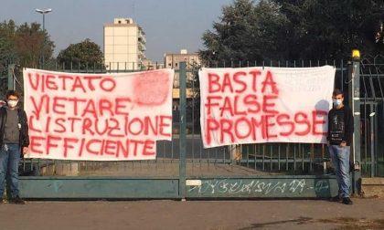 Stop (per ora) alle proteste davanti al Falcone Righi: tregua siglata dopo l'incontro tra studenti e preside