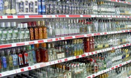 Coprifuoco, Dietrofront sugli alcolici: si possono comprare nei supermercati dopo le 18