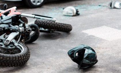 Incidente tra auto e moto, centauro di 28 anni in gravissime condizioni