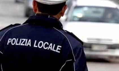 Incivile scarica materiale ingombrante sulla strada: beccato da un video e multato
