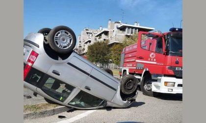 Auto si ribalta alla rotonda, ferita ragazza di 26 anni