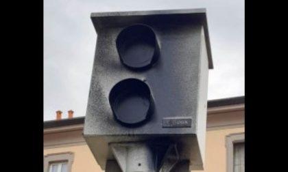 Vandalizzato l'autovelox: vernice nera gettata sul rilevatore