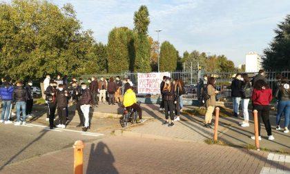 """Protesta degli studenti al Falcone-Righi: """"Con queste regole venire a scuola è un disagio"""""""