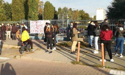 Ancora proteste al Falcone-Righi, gli studenti rinunciano alle lezioni in classe
