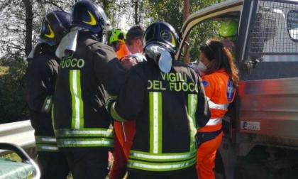 Incidente sulla sp105: ferito estratto dalle lamiere dai pompieri - FOTO
