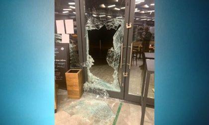 Spaccata al bar: ladri sfondano il vetro con un tombino e fanno irruzione nel locale