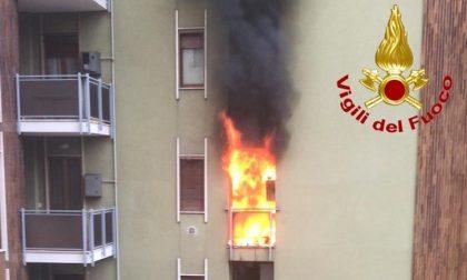 Violento incendio: le fiamme divorano un appartamento al secondo piano FOTO