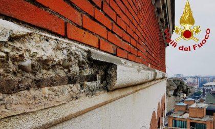 Cornicione sta per staccarsi dal palazzo storico: l'intervento dei pompieri. FOTO