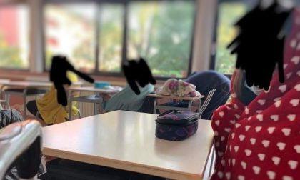 Finestre aperte in classe, gli alunni fanno lezione con le coperte