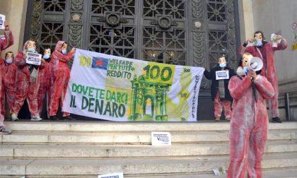 Protesta alla banca d'Italia, manifestanti vestiti come nella Casa di carta FOTO