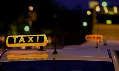 Prende un taxi per riaccompagnare la fidanzata ma non paga la corsa: denunciato