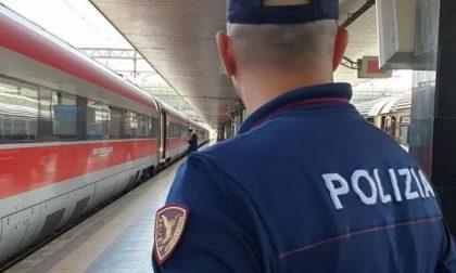 Senza biglietto sul treno, prende a calci e pugni gli agenti mandandoli in ospedale: arrestato