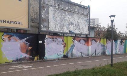 """Murale dedicato a medici e infermieri imbrattato: """"Vigliacchi senza rispetto"""" FOTO"""