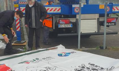 Sciopero Enel, i sindacati appendono a una gru uno striscione di protesta lungo 40 metri