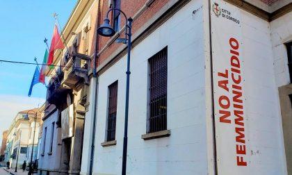 """""""No al femminicidio"""", lo striscione sul Palazzo Comunale contro la violenza sulle donne"""