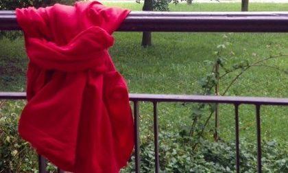 Un tessuto rosso alle finestre per dire no alla violenza contro le donne