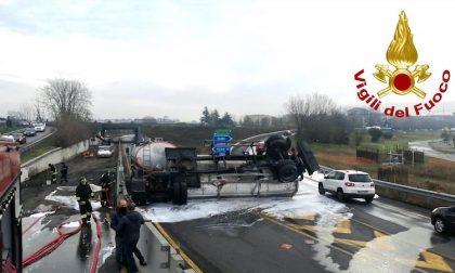 Cisterna di gasolio ribaltata sulla Rho-Monza: un ferito FOTO