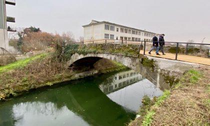 Riapre dopo un anno l'antico ponte sul Naviglio Pavese