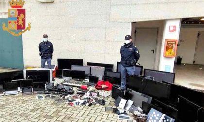 Palazzo occupato, nelle cantine i poliziotti trovano tv, Playstation, tablet e pc