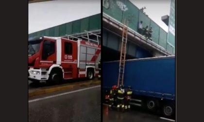Si arrampica sul ponte della tangenziale per buttarsi giù: il salvataggio dei pompieri VIDEO