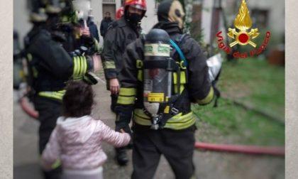 Incendio nelle cantine, evacuato palazzo a Milano FOTO