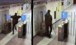 Spacca il vetro ai tornelli della metro: incivile immortalato dalle telecamere VIDEO