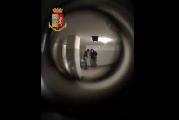 Pusher arrestato spioncino porta