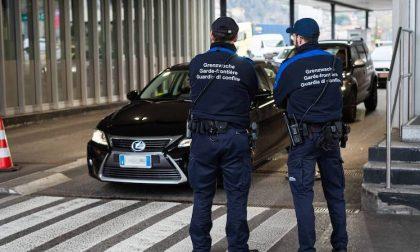 Coppia aggredisce una donna per rubare la macchina e scappare in Svizzera: arrestati