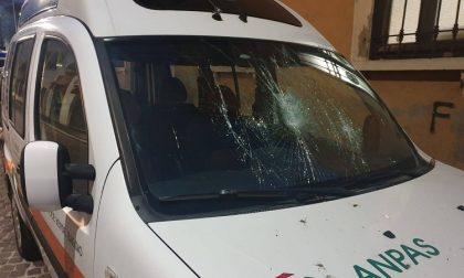 Vandali spaccano il parabrezza dell'ambulanza della Croce Verde Baggio: fuori uso il mezzo