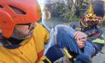 Rischia di morire con un amo infilzato nel becco: airone salvato dai pompieri VIDEO