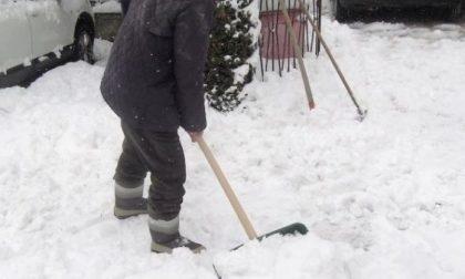 Uomo in arresto cardiaco mentre spala la neve: è in gravi condizioni