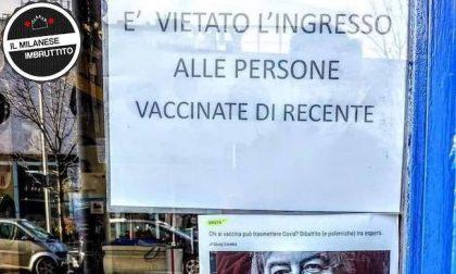 """""""Vietato l'ingresso alle persone vaccinate di recente"""", il cartello esposto da un negozio di Milano"""