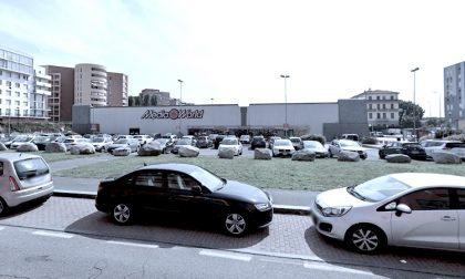 Cede una grata del parcheggio: gravi due uomini precipitati
