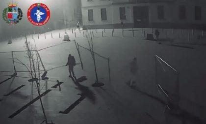Vandali spaccano le reti in piazza, il sindaco pubblica i filmati della devastazione