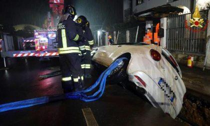 Auto precipita nello scavo delle tubature: la recuperano i pompieri