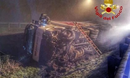 Autista perde il controllo del camion: sfonda il guard rail e si ribalta