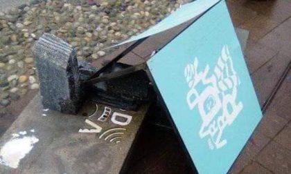 Vandali ancora in azione: distrutto il totem del progetto ambientale