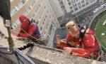 I supereroi si calano dal tetto dell'ospedale per salutare bambini e pazienti covid VIDEO