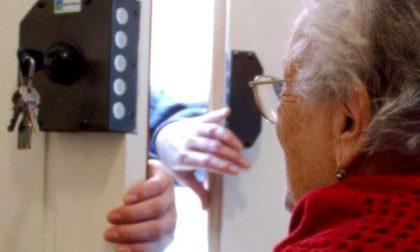 Truffatori travestiti da agenti della polizia locale derubano anziani